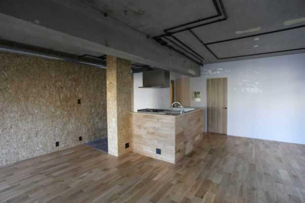 木の雰囲気を感じさせる白とモルタル調のお家